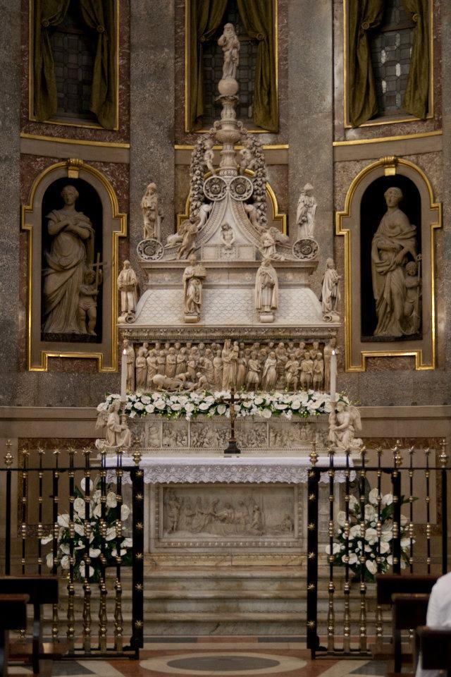 Sepulcro de Santo Domingo de Guzmán en Bolonia.
