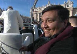 Fabián Báez, sacerdote de la diócesis de Buenos Aires, se subió al papamóvil en marcha del Papa Francisco en cierta ocasión memorable - fabian_baez_papamovil