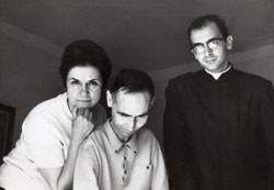 Imagen del P. Rafael Higueras, con Lolo y Lucy